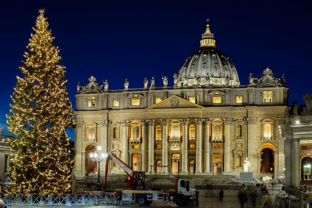 Weihnachtsbaum vor dem Petersdom
